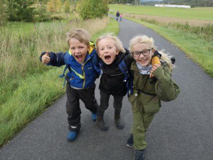 Tre glade elever på tur